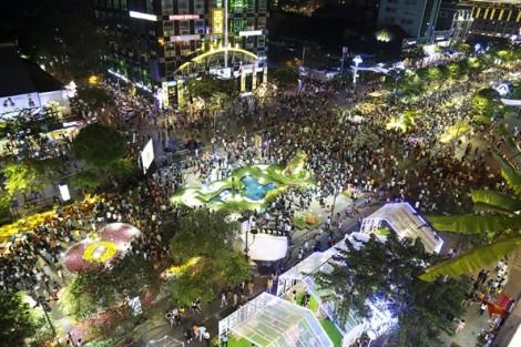 Hàng chục ngàn người du xuân tại đường hoa Nguyễn Huệ sau đêm khai mạc