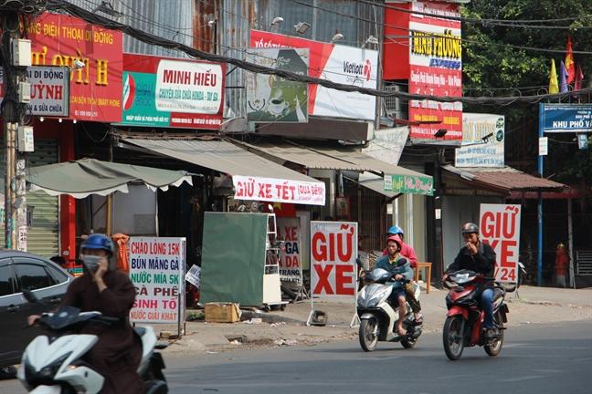 Chat chem gia giu xe may khach ve que nghi Tet o Sai Gon