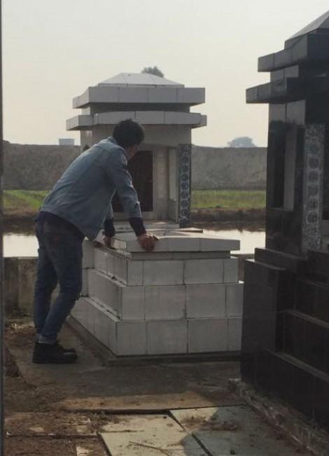 Phút ngỡ ngàng cảm động khi ra mộ thắp hương cho anh trai ngày 30 tết
