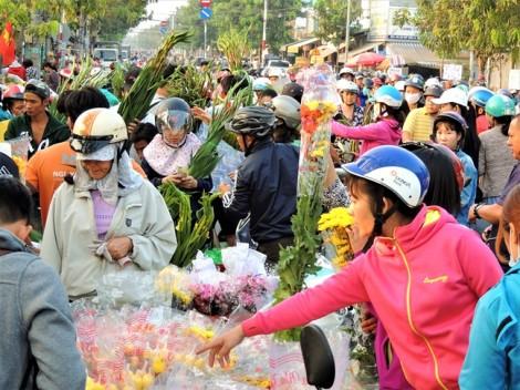 Người Sài Gòn đổ xô mua hoa quả  'đại hạ giá' ở chợ đầu mối sáng 30 tết