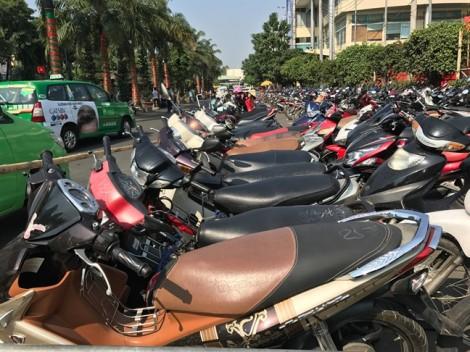Chặt chém giá giữ xe máy khách về quê nghỉ Tết ở Sài Gòn