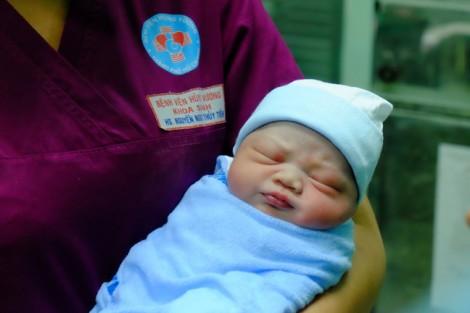 Những em bé dễ thương chào đời đúng đêm giao thừa Mậu Tuất 2018