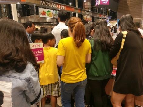 Rồng rắn xếp hàng chờ tính tiền thức ăn tại trung tâm mua sắm