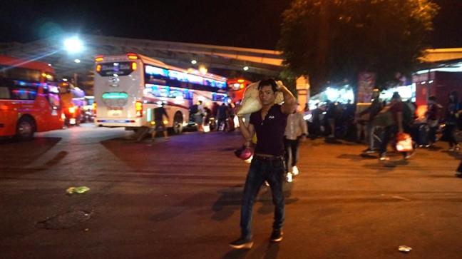 Xuyen dem hanh khach bo pho tro lai Sai Gon sau tet