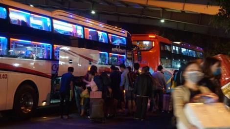 Xuyên đêm hành khách bơ phờ trở lại Sài Gòn sau tết