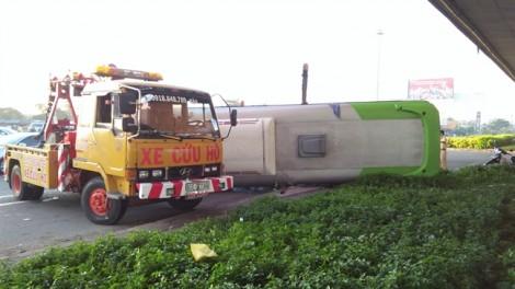 Lật ô tô sau cú tông xe tải, chục hành khách kêu la cầu cứu