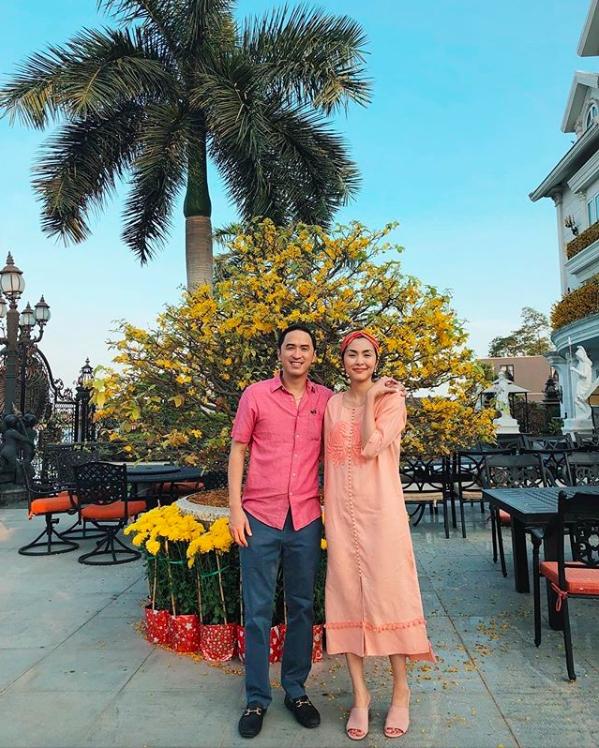 Gu thoi trang don gian nhung hut mat cua vo chong Tang Thanh Ha