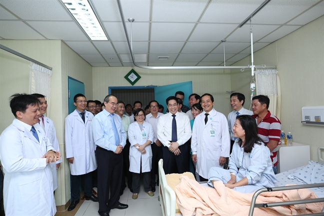 Bi thu Nguyen Thien Nhan tham benh vien DH Y Duoc nhan ngay Thay thuoc Viet Nam