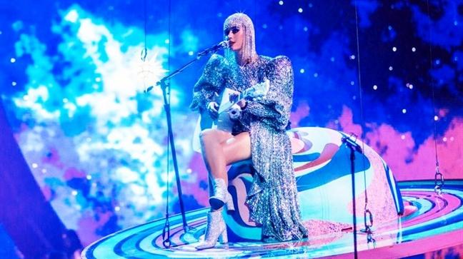 Lan thu hai hop tac voi Katy Perry, Cong Tri van phai lam trang phuc gap rut