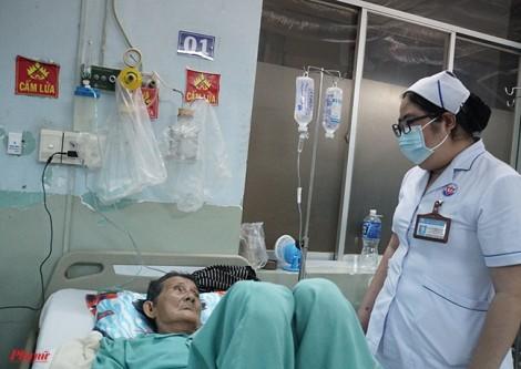 Mặc kệ hội chứng thận hư, nữ điều dưỡng vẫn ngày đêm chăm sóc bệnh nhân