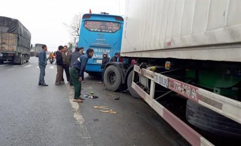 Xe container tông xe khách, 4 người thương vong