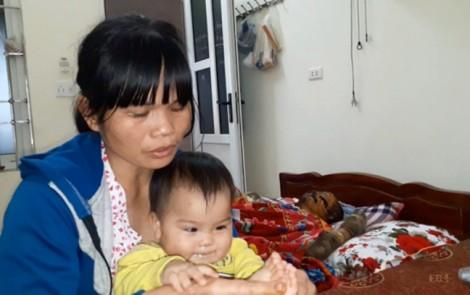 Người vợ gạt nước mắt đưa chồng bị cháy gần hết người rời bệnh viện vì không còn tiền chữa trị