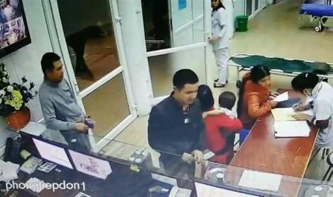 Bệnh nhân cầm dao doạ chém bác sĩ vì không chịu tháo đốt ngón tay theo yêu cầu