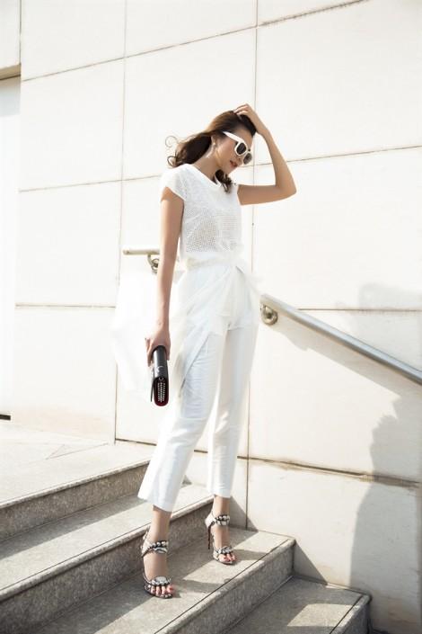 Thanh Hằng gợi ý mặc đẹp thời thượng cả tuần với sắc trắng, đen cơ bản
