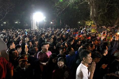 Biển người chen lấn nghẹt thở tại lễ hội khai ấn đền Trần