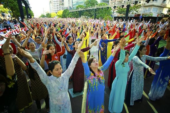 3.000 ta ao dai tung bay tren duong di bo Nguyen Hue