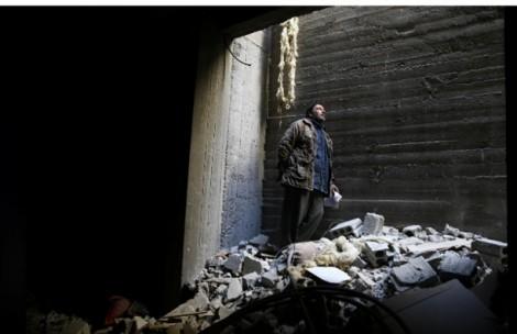 Người cha Syria tuyệt vọng tìm xác con trong đống đổ nát