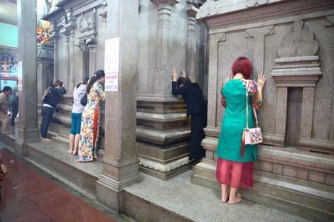 Cầu nguyện ở đền thiêng Ấn giáo