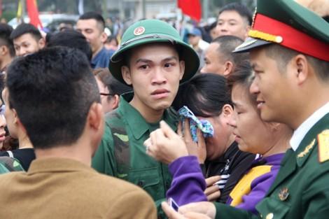 Tân binh bịn rịn chia tay người thân lên đường nhập ngũ