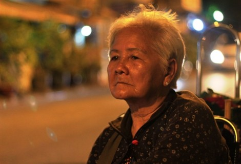 Bà lão 75 tuổi 20 năm bán vé số lề đường Sài Gòn nuôi cháu tàn tật