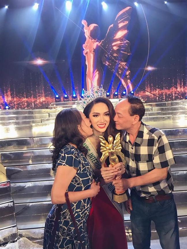 Bao lon the gioi dua tin Huong Giang Idol dang quang Hoa hau Chuyen gioi Quoc te 2018
