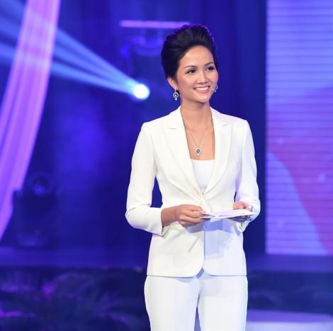 Mẹ và anh, em trai hồi hộp xem Hoa hậu H'Hen Nie lần đầu làm MC