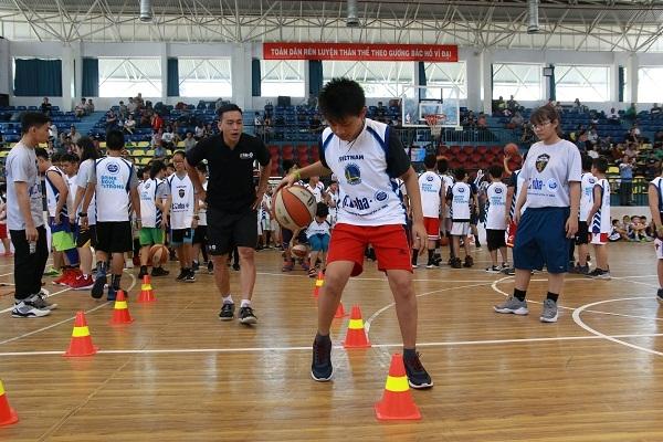 Chuong trinh JR. NBA Viet Nam lan thu 5 dong hanh boi sua Co Gai Ha Lan