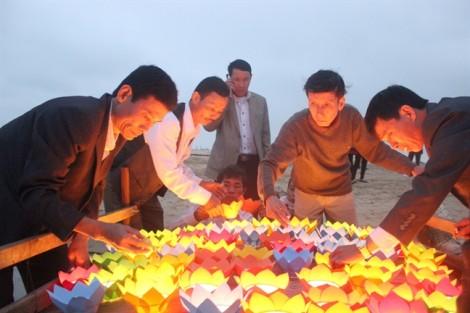 Cựu binh cùng thân nhân thả đèn hoa đăng tưởng nhớ 64 liệt sỹ Gạc Ma