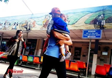 Sài Gòn nóng 35 độ C, bố mẹ hớt hải đưa con vào viện