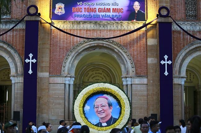 Nen thap sang ca dai lo Le Duan khi di quan linh cuu Tong Giam muc Bui Van Doc