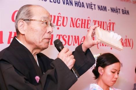 Lung linh hoa vải Tsumami trên tà áo Việt.