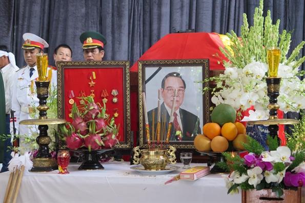 Nguoi dan ngam ngui den vieng co Thu tuong Phan Van Khai