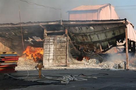 Hàng trăm người 'vật lộn' với đám cháy trong khu công nghiệp Biên Hòa 2 suốt 8 giờ
