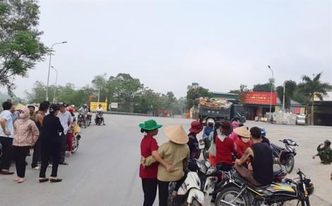 Bức xúc vì hôi thối, người dân kéo nhau ra đường chặn xe chở rác