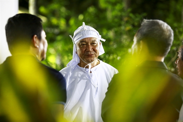 Dong nguoi tiep tuc dua vieng co Thu tuong Phan Van Khai trong dem khuya