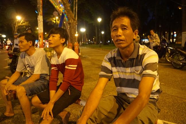 3 nguoi tho ho di bo gan 1 gio hoi duong den Hoi truong Thong Nhat tien biet bac Sau Khai