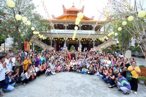 350 người cùng Việt Hương hành hương đầu năm