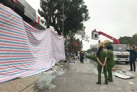Cận cảnh vụ nổ kinh hoàng như bom trong đêm khiến nhà hàng tan hoang