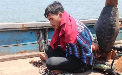 Truy đuổi giải cứu 4 ngư dân Bình Thuận bị chủ xích trên tàu cá
