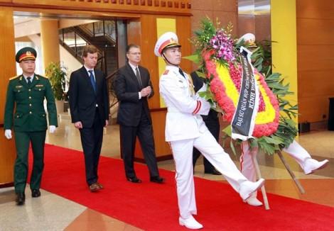 Các đoàn ngoại giao, người dân đến viếng cố Thủ tướng Phan Văn Khải trong ngày Quốc tang