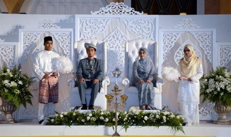 Cô dâu một mình làm lễ cưới vì chú rể không được nghỉ phép