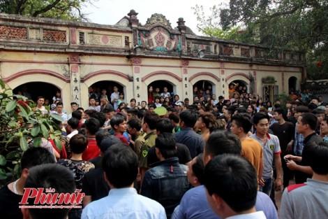 Trai làng Hà Nội hỗn loạn tranh cướp bông trong lễ hội để mong sinh con trai