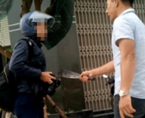 Phóng viên bị dọa chém khi ghi hình xe quả tải