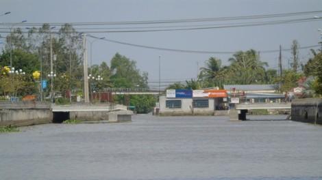 Xây cầu nhưng không thông thuyền, người dân phản ứng vì hết đường làm ăn
