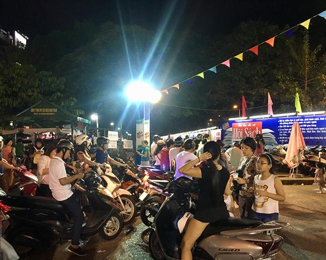 Dong nguoi van do ve Hoi sach TP.HCM vao sat gio dong cua
