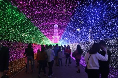 Bất chấp nguy hiểm cạnh bên, nhiều người vô tư quàng dây điện lên người để chụp ảnh lễ hội ánh sáng