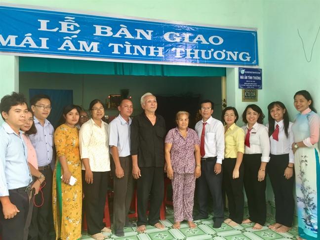 Trao tang 2 mai am tinh thuong va 4 may may cong nghiep