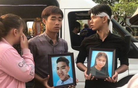 Cư dân Carina rơi nước mắt tiễn biệt đoàn xe tang ghé thăm nhà lần cuối