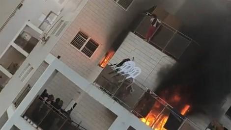 Thót tim cảnh bé gái nhảy khỏi tòa căn hộ bốc cháy dữ dội