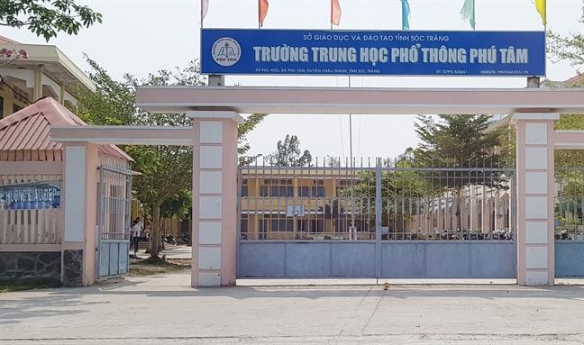 Mua nuoc uong ben ngoai can tin cua truong, nhom hoc sinh bi hieu truong mang la 'do phan boi'